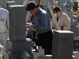 お墓の坐向変換工事中、羅盤にて下盤し、坐向確認中のウメサン